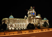 Servisch Parlementsgebouw - nachtscène stock foto's