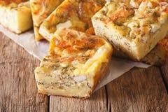 Servisch voedsel: gesneden pastei Gibanica met kaas, eieren en greens c stock foto