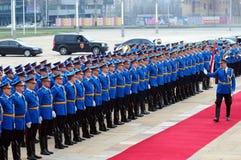 Servische legermilitairen op het rode tapijt Royalty-vrije Stock Afbeelding