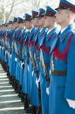 Servische legermilitairen op het rode tapijt Royalty-vrije Stock Fotografie