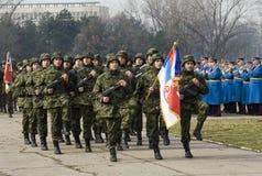 Servische nationale vlageenheid in maart stock afbeeldingen