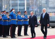 Servische President B.Tadic (r) en de Russische Eerste minister V.Putin herzien een wacht van eer in Belgrado Stock Fotografie
