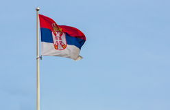 Servische vlag met blauwe hemel Royalty-vrije Stock Foto's