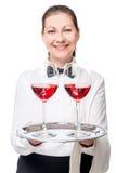 Servitrins ger ett läckert rött vin, stående arkivbilder