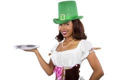 Servitris i Sts Patrick dagdräkt Royaltyfri Foto