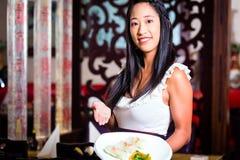Servitris med sushi i restaurang arkivbilder