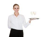 Servitris som bär ett magasin med vinexponeringsglas Arkivbilder