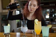 Servitris som gör en drink royaltyfri bild