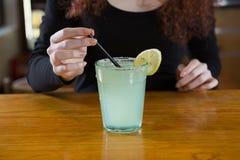 Servitris som gör en drink Royaltyfri Fotografi