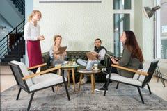 Servitris Taking An Order från kund i kafé Royaltyfria Foton