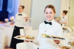 Servitriskvinna i restaurang Royaltyfri Bild