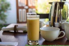 Serviu belamente o café da manhã no terraço ensolarado, hotel, recurso fotografia de stock royalty free