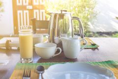Serviu belamente o café da manhã no terraço ensolarado, hotel, recurso foto de stock