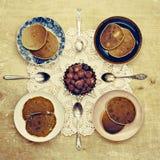 4 servizi dei pancake con inceppamento nel villaggio sulla tavola di legno Fotografie Stock