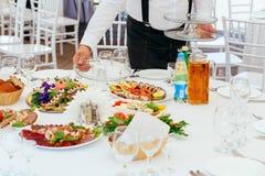 Servizi di approvvigionamento del ristorante Cameriere sul lavoro Fotografie Stock Libere da Diritti