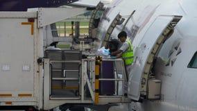 Servizi di approvvigionamento di linea aerea sul lavoro video d archivio