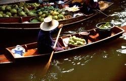 Servizi di galleggiamento di Damnoen Saduak Immagini Stock