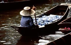 Servizi di galleggiamento di Damnoen Saduak Fotografia Stock
