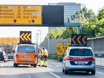 Servizi di soccorso dopo l'incidente sulla strada principale, Vienna, Austria Immagine Stock Libera da Diritti