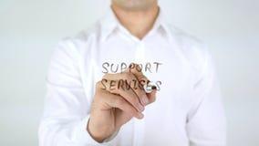 Servizi di sostegno, scrittura dell'uomo sul vetro Fotografia Stock