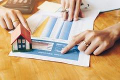 Servizi immobili per il installme domestico d'acquisto della tavola calcolatrice immagini stock libere da diritti