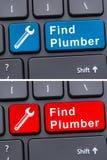 Servizi online con la chiave dell'idraulico del ritrovamento sulla tastiera Fotografia Stock Libera da Diritti
