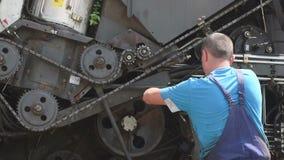 Servizi tecnici dell'associazione riparazione del meccanico il motore della mietitrice del trattore stock footage