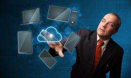 Servizio a alta tecnologia commovente della nuvola dell'uomo d'affari Immagine Stock