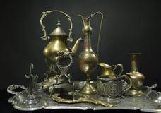 Servizio antico Oggetti d'antiquariato su un vecchio vassoio d'argento su un backgr scuro immagini stock