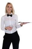 Servizio biondo femminile della giovane donna del cameriere della cameriera di bar con il resta del vassoio Fotografia Stock Libera da Diritti