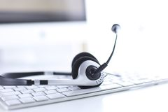 Servizio d'assistenza del supporto di comunicazione, della call center e di servizio di assistenza al cliente Cuffia avricolare d fotografia stock