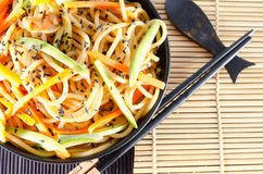 Servizio degli spaghetti con le carote e la salsa di soia e dello zucchini immagine stock