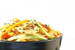 Servizio degli spaghetti con le carote e la salsa di soia e dello zucchini fotografie stock