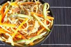 Servizio degli spaghetti con le carote e la salsa di soia e dello zucchini immagine stock libera da diritti