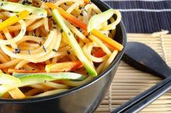 Servizio degli spaghetti con le carote e la salsa di soia e dello zucchini fotografia stock