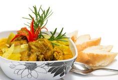 Servizio del curry del pollo con i pani isolati Immagini Stock Libere da Diritti