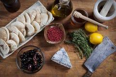 Servizio del formaggio con gli ingredienti vari Immagini Stock