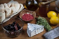 Servizio del formaggio con gli ingredienti vari Fotografia Stock