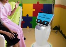 Servizio del robot nella conversazione medica con il paziente a stanza paziente i Fotografia Stock Libera da Diritti