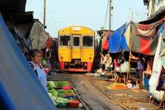 Servizio del treno della Tailandia Maeklong Fotografia Stock