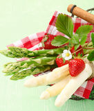 Servizio dell'asparago verde e bianco fresco Fotografia Stock