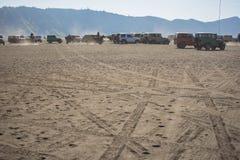 servizio dell'automobile 4x4 per il turista sul deserto alla montagna di Bromo Immagini Stock Libere da Diritti