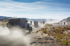 servizio dell'automobile 4x4 per il turista sul deserto alla montagna di Bromo, supporto B Fotografia Stock Libera da Diritti