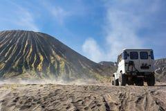 servizio dell'automobile 4x4 per il turista sul deserto alla montagna di Bromo, supporto B Fotografia Stock