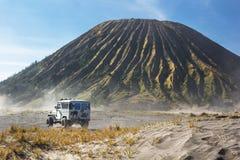 servizio dell'automobile 4x4 per il turista sul deserto alla montagna di Bromo, supporto B Fotografie Stock