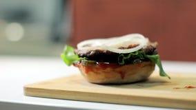 Servizio dell'hamburger in un primo piano del caffè stock footage
