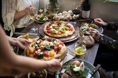 Servizio dell'idea di ricetta di fotografia dell'alimento della pizza immagine stock