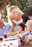 Servizio della donna al pasto multi della famiglia della generazione Fotografie Stock