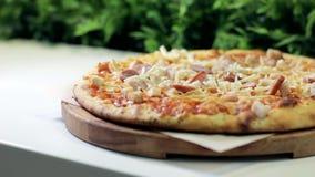 Servizio della pizza in un primo piano del caffè archivi video