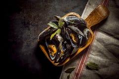 Servizio delle cozze marinate deliziose Immagine Stock